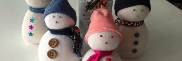 Venta de muñecos de nieve para recaudar fondos para ASORA
